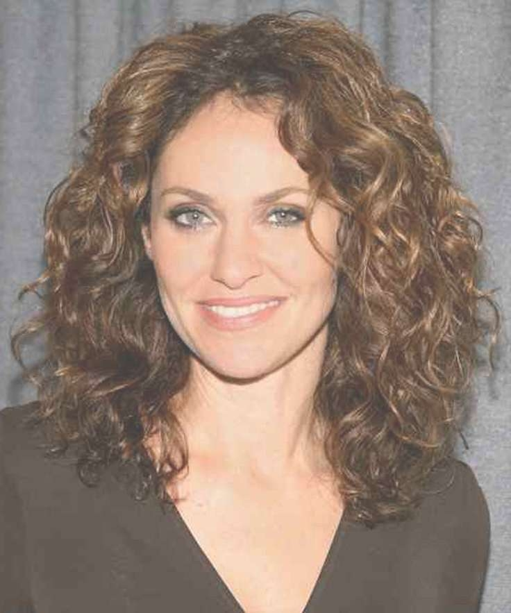 Medium curly hairstyles 2018 for round faces