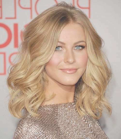 23 Chic Medium Hairstyles For Wavy Hair | Styles Weekly Regarding Best And Newest Medium Haircuts For Very Curly Hair (View 10 of 25)