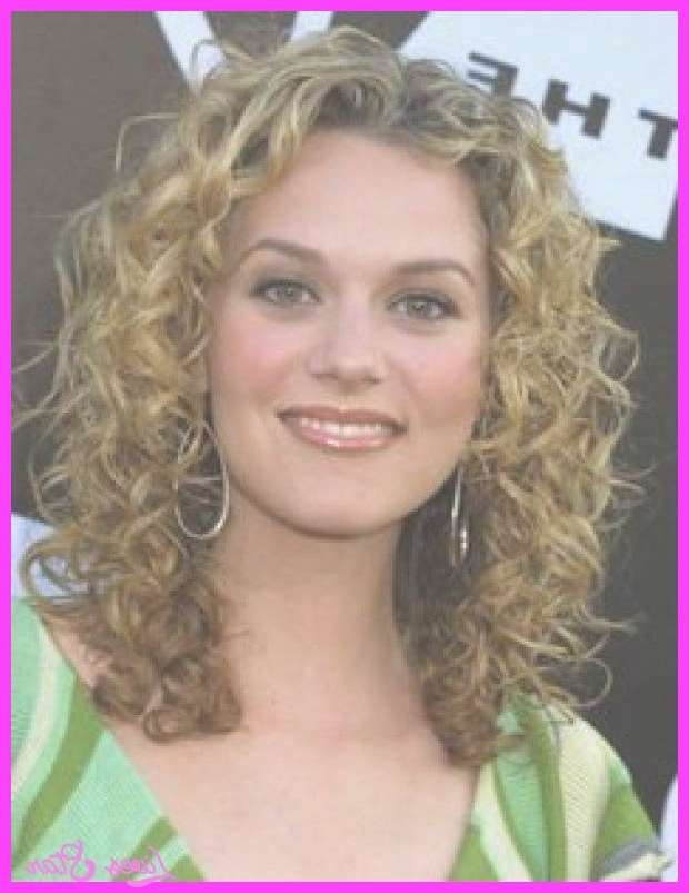 best ideas about layered curly hairstyles on 25 ideas of medium haircuts with curly hair 25