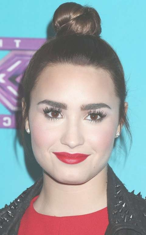 Demi Lovato Hairstyles: Fun Hair Knot – Pretty Designs Regarding Current Demi Lovato Medium Hairstyles (View 19 of 25)