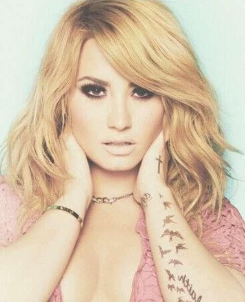 Demi Lovato Hairstyles: Wispy Waves – Pretty Designs Regarding 2018 Demi Lovato Medium Hairstyles (View 6 of 25)