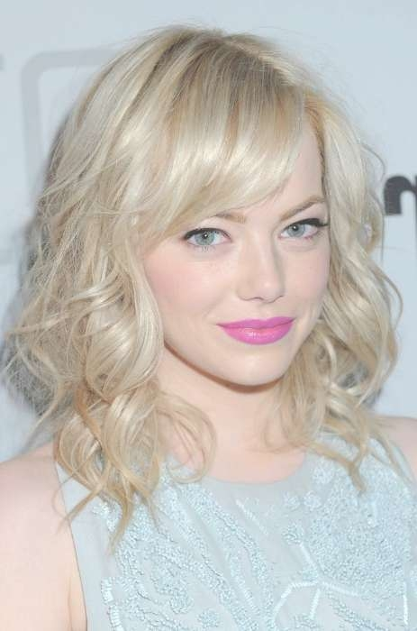 Emma Stone Cute Medium Curly Hairstyle With Bangs – Hairstyles Weekly Regarding 2018 Cute Medium Hairstyles With Bangs (View 20 of 25)