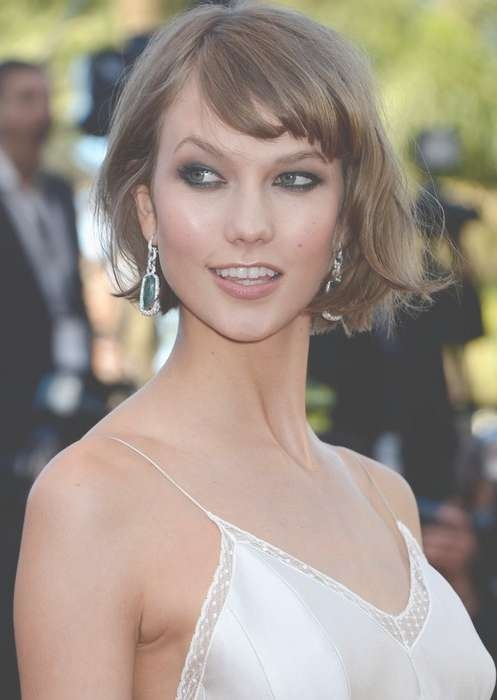 Flattering Short Haircut With Side Swept Bangs For Women In Best And Newest Karlie Kloss Medium Haircuts (View 22 of 25)