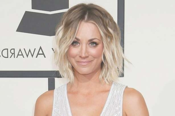 How To Get Kaley Cuoco's Tousled Grammy Awards Hairstyle In 5 Easy With Regard To Most Recently Kaley Cuoco New Medium Haircuts (View 4 of 25)