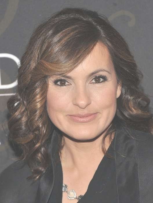 Mariska Hargitay Highlighted Medium Curly Hairstyle With Bangs For Intended For Recent Medium Hairstyles For Square Faces With Bangs (View 16 of 25)
