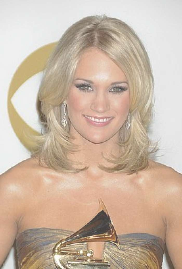 Medium Haircuts With Bangs: Carrie Underwood Hairstyles For Recent Carrie Underwood Medium Hairstyles (View 18 of 25)