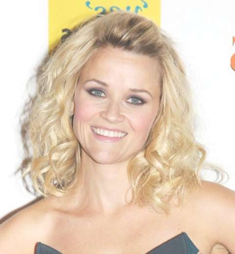 Reese Witherspoon Medium Length Hairstyle: Curls Without Bangs In Recent Medium Hairstyles No Bangs (View 24 of 25)