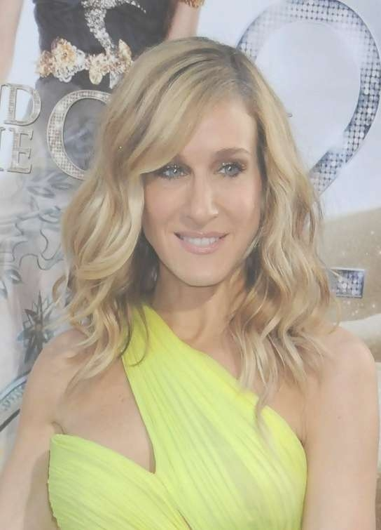 Sarah Jessica Parker Medium Wavy Haircut For Women Over 50 Throughout Most Current Sarah Jessica Parker