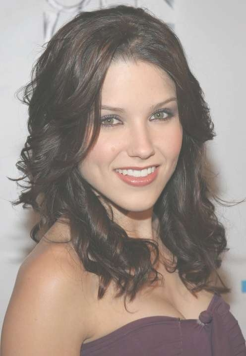 Sophia Bush's Shoulder Length Hairstyle – Pretty Dark Casual In Most Current Sophia Bush Medium Hairstyles (View 15 of 15)