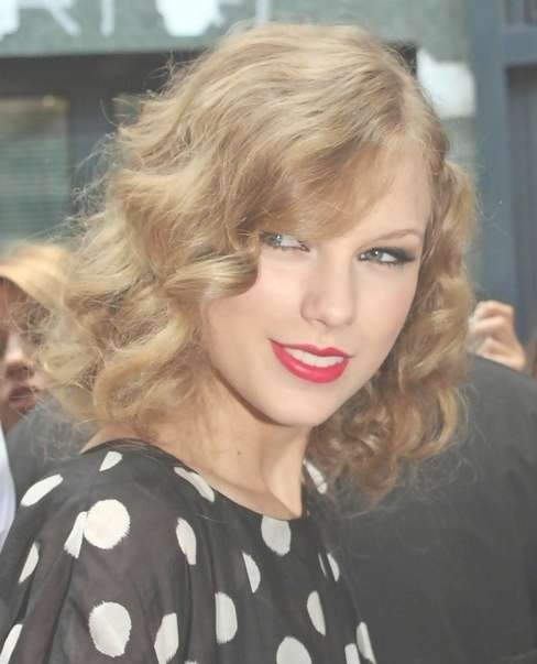 Taylor Swift Medium Hairstyles: Blonde Golden Retro Curls Intended For Most Current Taylor Swift Medium Hairstyles (View 14 of 25)