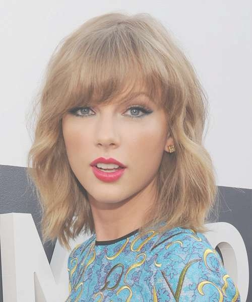 Taylor Swift Medium Wavy Casual Hairstyle With Blunt Cut Bangs With Most Popular Taylor Swift Medium Hairstyles (View 17 of 25)