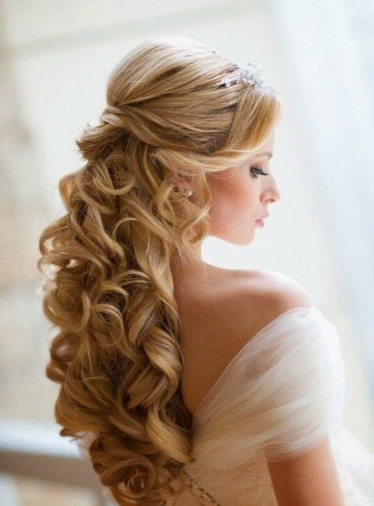 34 Beautiful Wedding Hairstyles With Curls – Weddingomania Within Current Curly Half Updo Hairstyles (View 9 of 15)