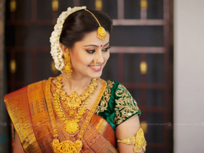 10 Gorgeous Nethi Chuttis For South Indian Bridal Hairstyles Regarding South Indian Wedding Hairstyles (View 1 of 15)
