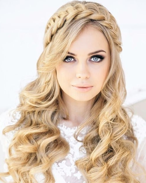 21 Trendy Hairstyles To Slim Your Round Face | Long Wavy Hairstyles Intended For Wedding Hairstyles For Long Hair With Round Face (View 4 of 15)
