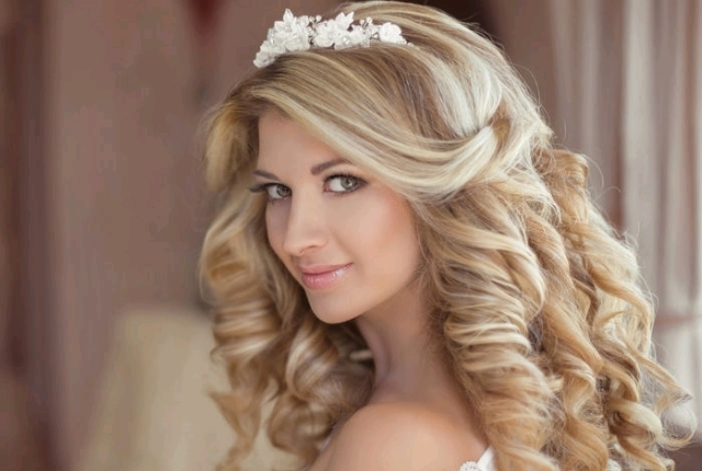 8 Half Up Half Down Wedding Hairstyles | Weddingsxp Pertaining To Wedding Hairstyles For Long Hair Down With Tiara (View 6 of 15)