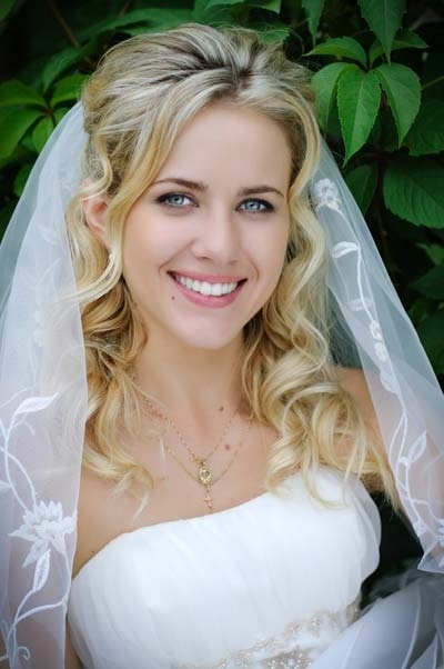 Long Curly Blonde Bridal Hairstyle With Veil | Ipunya Regarding Wedding Hairstyles For Long Curly Hair With Veil (View 7 of 15)