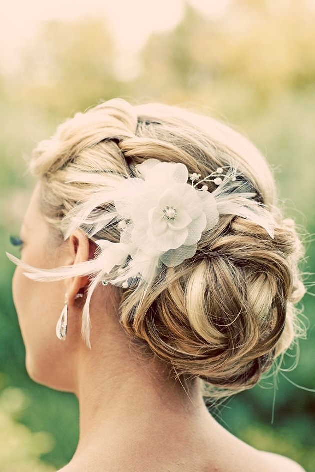 Voici Notre Top 10 Des Plus Belles Coiffures De Mariée | Wedding Inside Updos Wedding Hairstyles With Fascinators (View 14 of 15)
