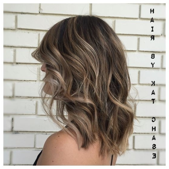 10 Pretty Layered Medium Hairstyles: Women Shoulder Hair Cuts 2018 With Regard To Loose Curls Blonde With Streaks (View 1 of 25)