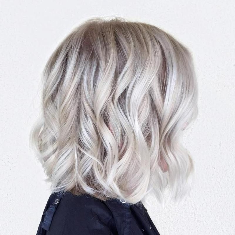 Featured Photo of Pearl Blonde Bouncy Waves Hairstyles