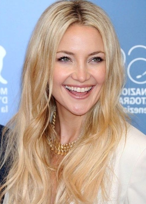 Actress Kate Hudson Looks Casual And Carefree With Her Long, Beachy Inside Voluminous And Carefree Loose Look Blonde Hairstyles (Gallery 3 of 25)