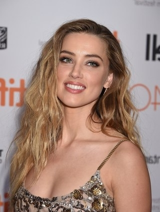 Amber Heard's Ever Changing Hairstyles, From Blonde To Brunette Inside Amber Waves Blonde Hairstyles (View 16 of 25)