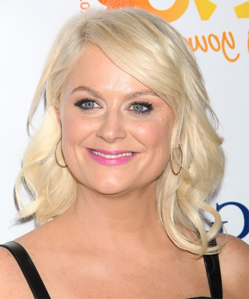Amy Poehler Medium Wavy Casual Hairstyle With Side Swept Bangs With Casual And Classic Blonde Hairstyles (View 8 of 25)
