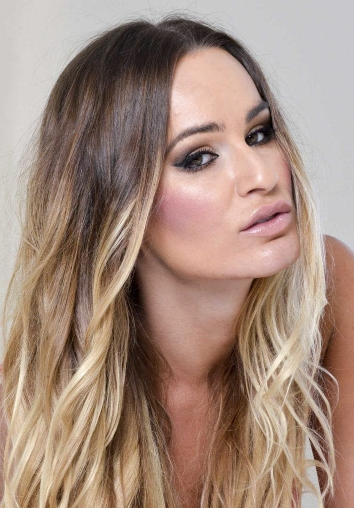 Blonde Hair With Dark Roots: Stylish Ways To Wear This Hair Trend With Regard To Dark Roots Blonde Hairstyles With Honey Highlights (View 16 of 25)