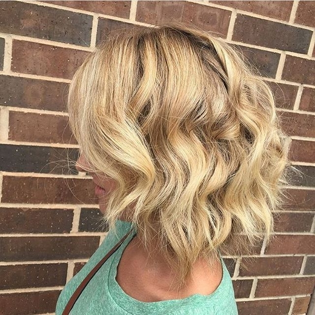 Blonde Messy Bob Hairstyle With Beachy Waves – Hairstyles Weekly In Blonde Ponytail Hairstyles With Beach Waves (View 7 of 25)