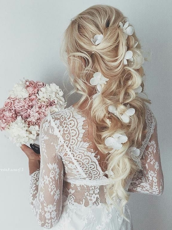 Blonde Wedding Hairstyle With White Flower Accessories And Soft With Regard To White Wedding Blonde Hairstyles (View 5 of 25)