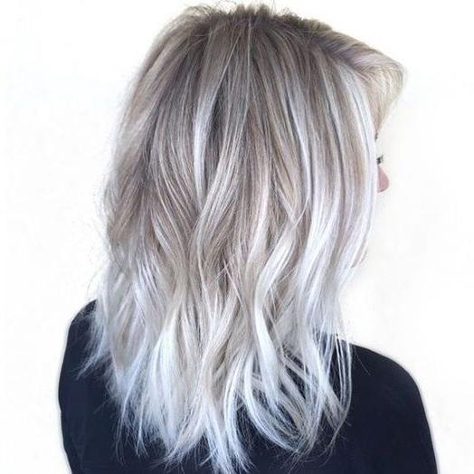 Coloration : 25 Nuances De Gris Qui Donnent Envie De Sauter Le Pas Regarding Pearl Blonde Bouncy Waves Hairstyles (View 14 of 25)