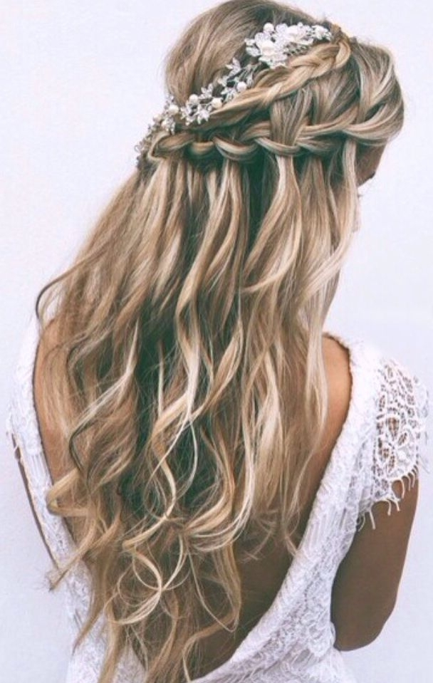 Jolie Coiffure Pour Un Mariage ! #thebeautyhours | Hair | Pinterest Regarding Wavy And Braided Hairstyles (View 18 of 25)