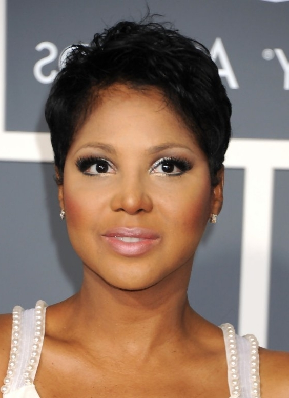 Short Haircut For Women: Stylish Pixie Cut In Black – Toni Braxton's With Regard To 2018 Long Honey Blonde And Black Pixie Hairstyles (View 24 of 25)