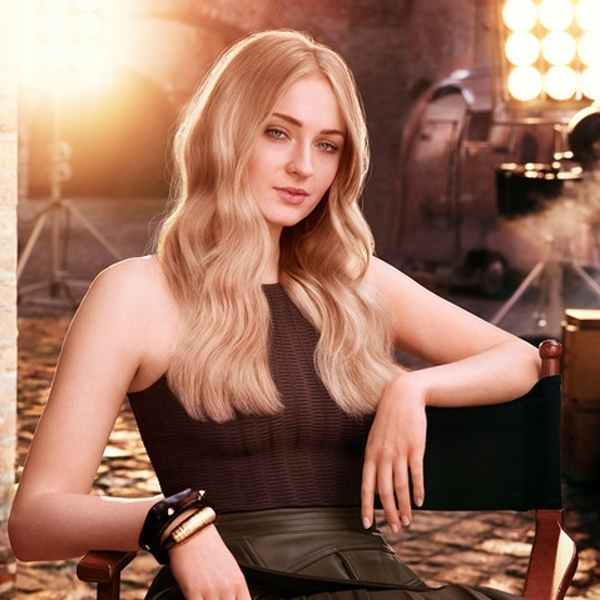 Sophie Turner's Soft Blonde Waves – Behindthechair In Creamy Blonde Waves With Bangs (View 24 of 25)