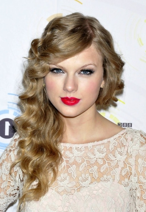 Taylor Swift Long Curly Hairstyle With Side Swept Bangs – Hairstyles Pertaining To Side Bangs And Pony Hairstyles For Wavy Hair (View 23 of 25)