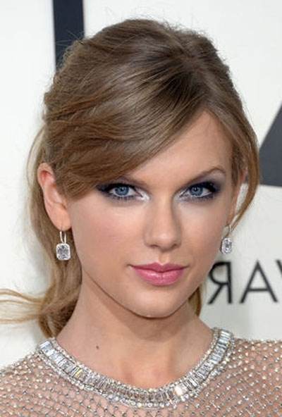 Taylor Swift's Messy Ponytail Hairstyle At The 2014 Grammy Awards In Messy Pony Hairstyles For Medium Hair With Bangs (View 22 of 25)