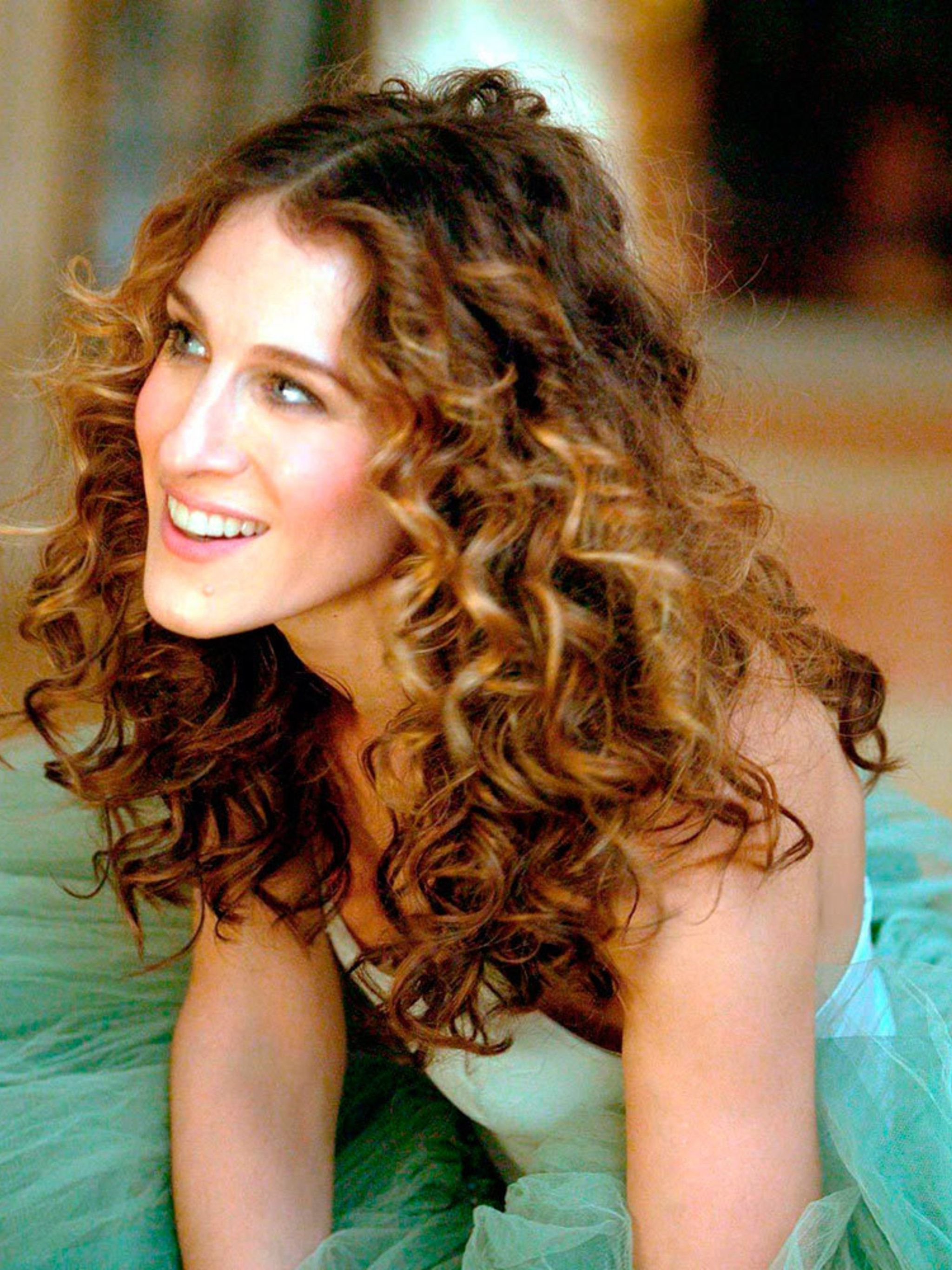 10 Incredible Carrie Bradshaw Fashion Moments Within Carrie Bradshaw Short Hairstyles (View 22 of 25)