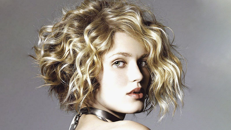 20 Best Inverted Bob Haircuts For Women – The Trend Spotter Pertaining To Jaw Length Wavy Blonde Bob Hairstyles (View 14 of 25)