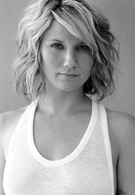 20 Feminine Short Hairstyles For Wavy Hair: Easy Everyday Hair Intended For Short Wavy Haircuts With Messy Layers (View 5 of 25)