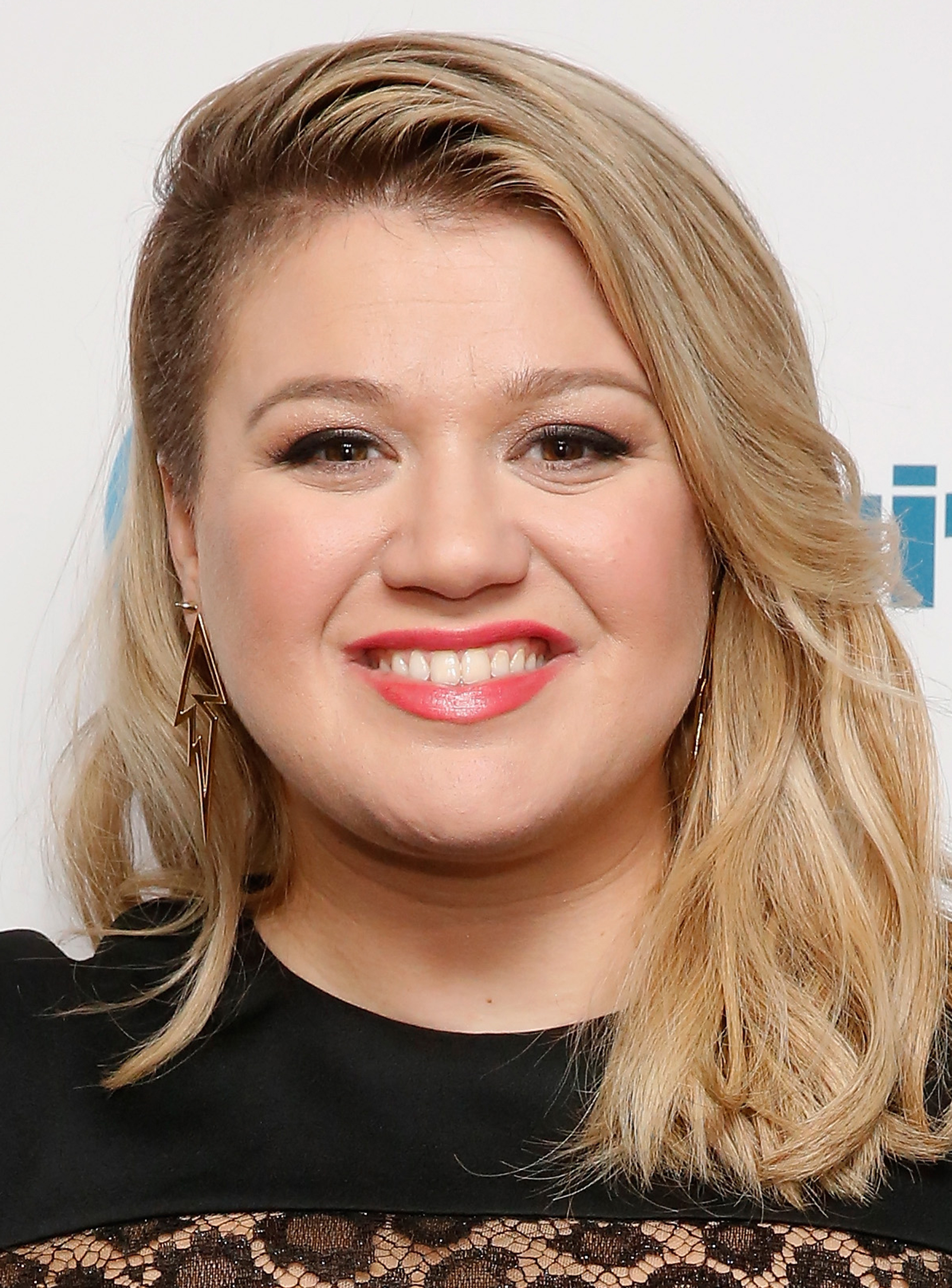 28 Best Hairstyles For Round Faces For Kelly Clarkson Short Hairstyles (View 21 of 25)