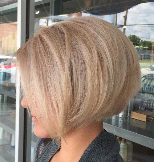 40 Short Bob Hairstyles: Layered, Stacked, Wavy And Angled Bob Cuts With Regard To Inverted Bob Hairstyles With Swoopy Layers (View 11 of 25)