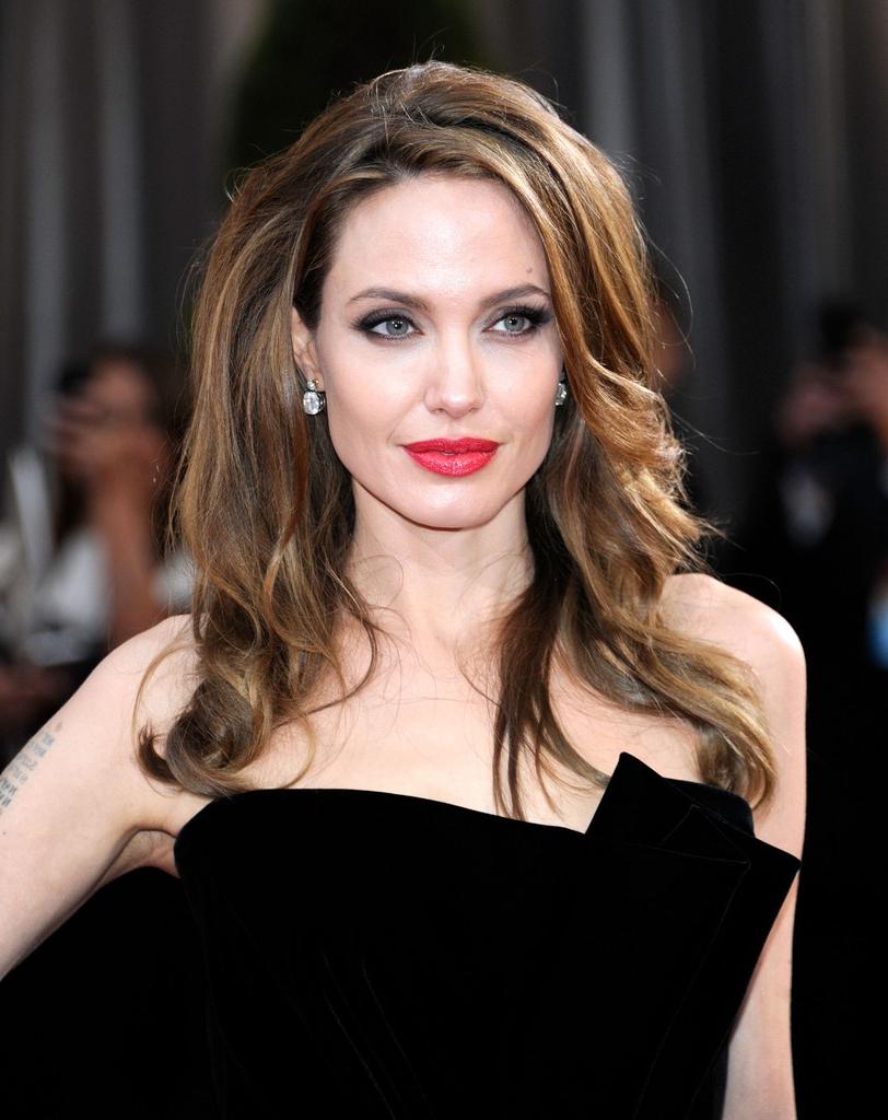 Angelina Jolie Long Wavy Cut – Angelina Jolie Hair Lookbook Regarding Angelina Jolie Short Hairstyles (View 19 of 25)
