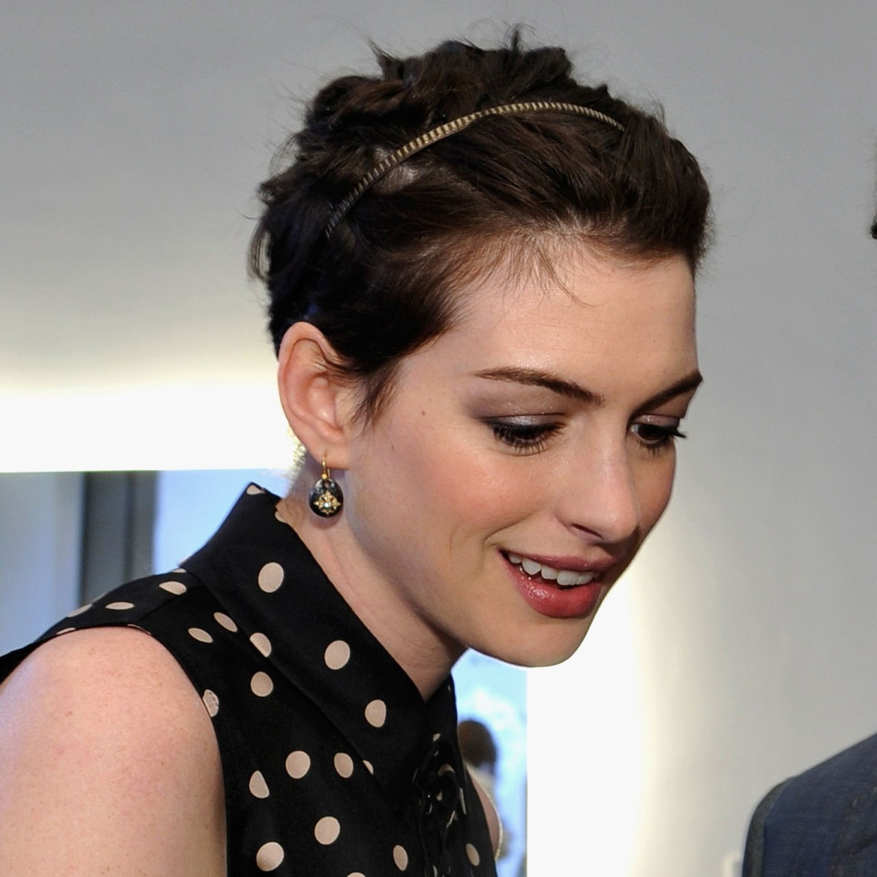 Anne Hathaway Uses A Headband To Create A Cute Hairstyle For Her In Short Hairstyles With Headbands (View 9 of 25)