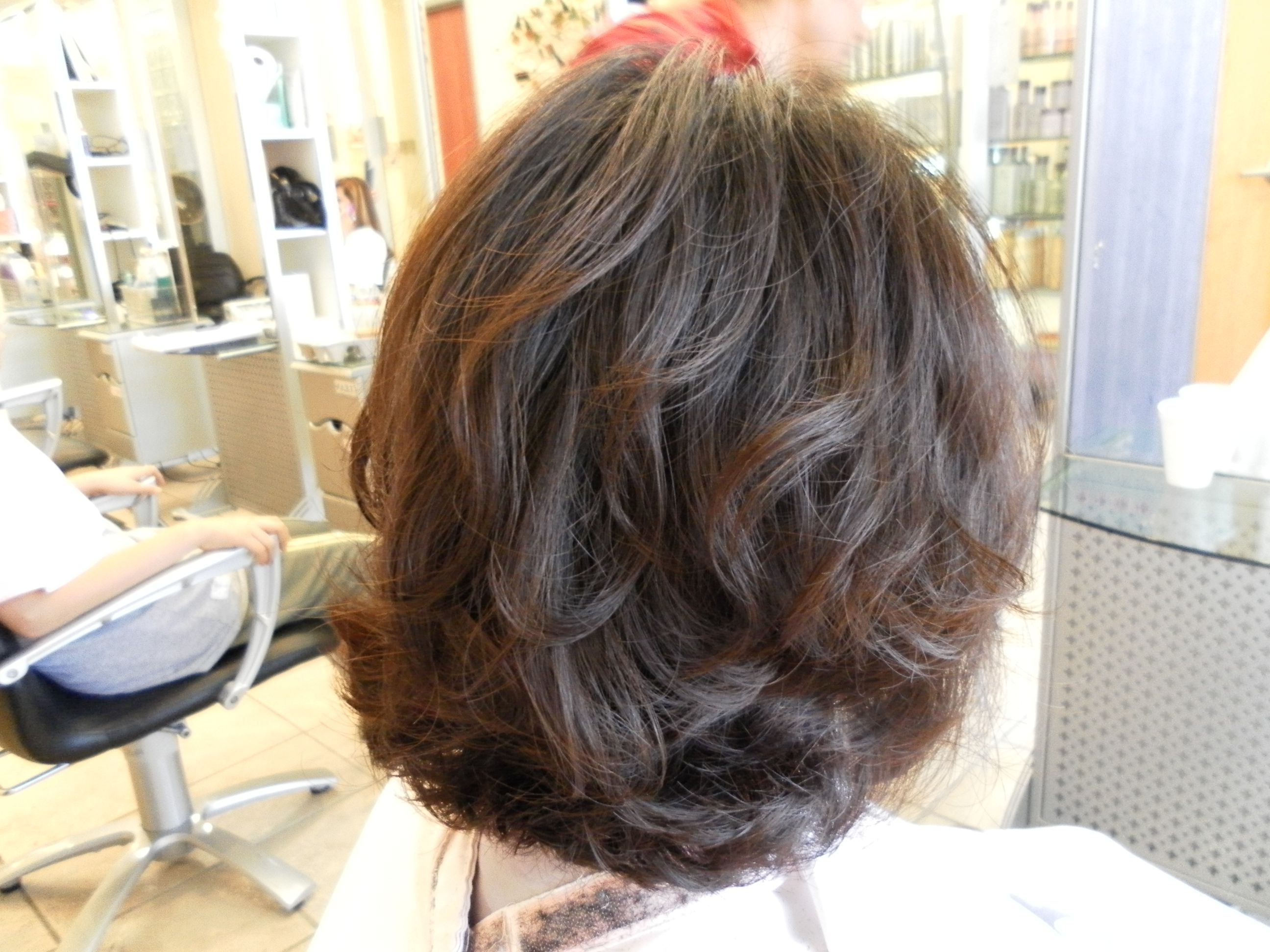 Featured Photo of Loosely Waved Messy Brunette Bob Hairstyles
