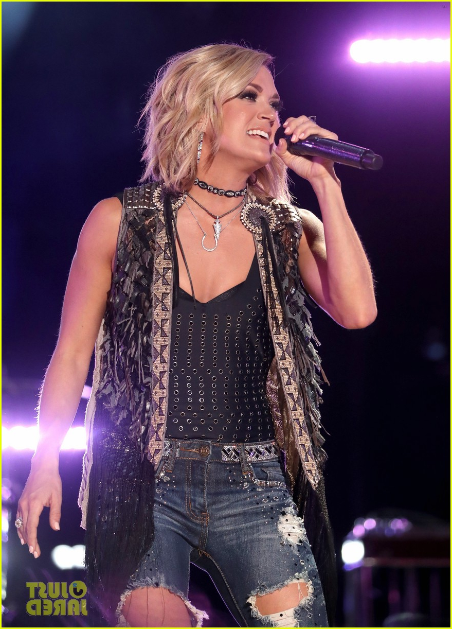 Carrie Underwood & Sam Hunt Rock Cma Music Festival 2016: Photo With Carrie Underwood Short Haircuts (View 25 of 25)