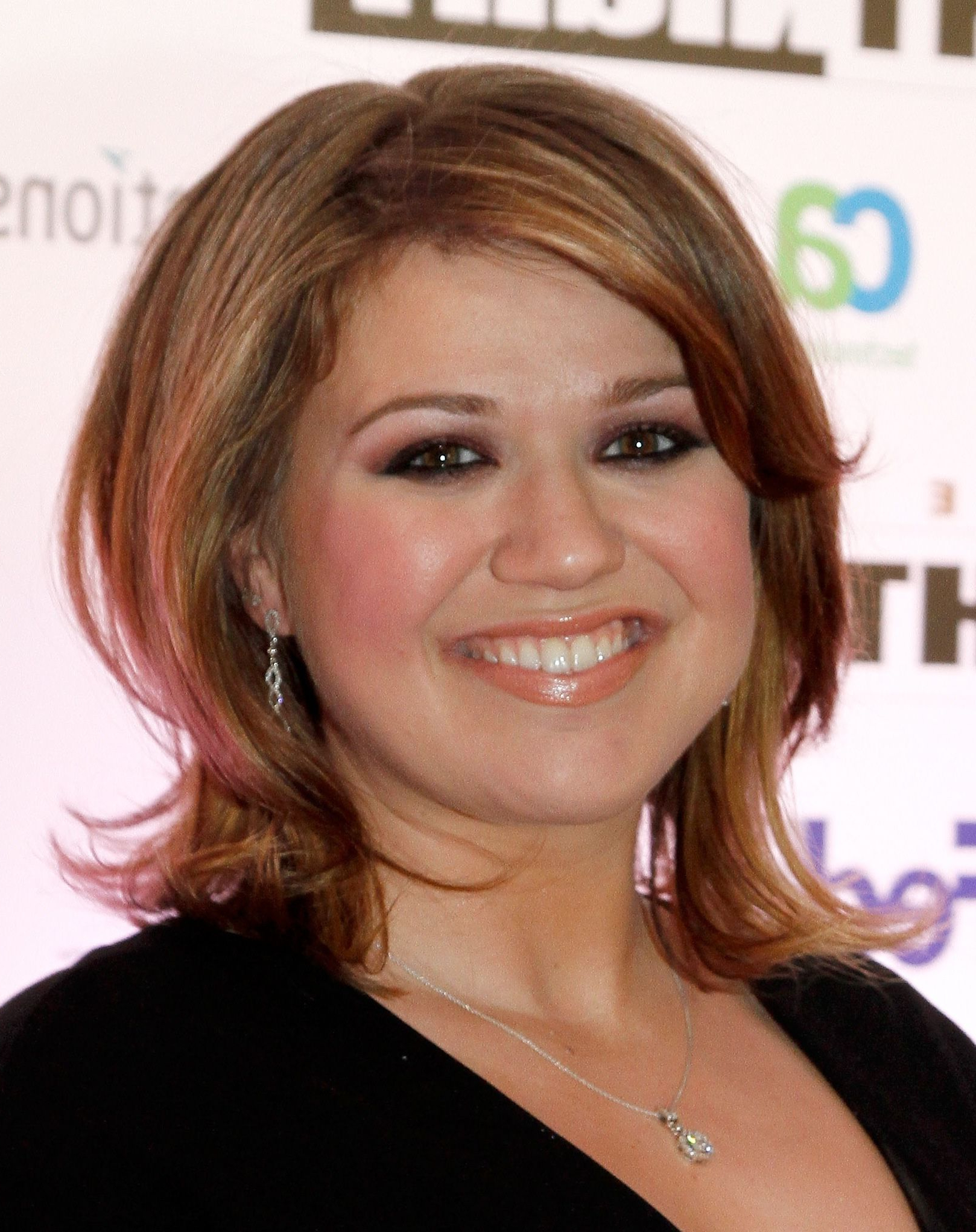 Flattering Celebrity Hairstyles For Round Faces | Celebrity In Kelly Clarkson Short Haircut (View 10 of 25)