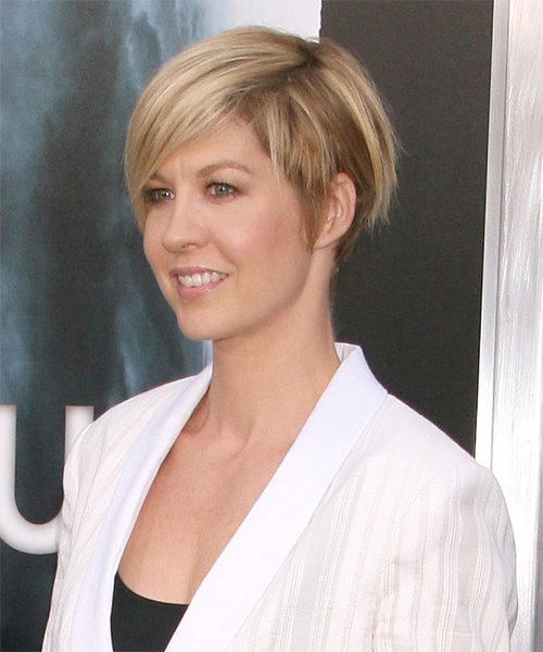 Jenna Elfman Short Straight Casual Hairstyle – Golden Blonde Hair Inside Pixie Bob Hairstyles With Golden Blonde Feathers (View 22 of 25)