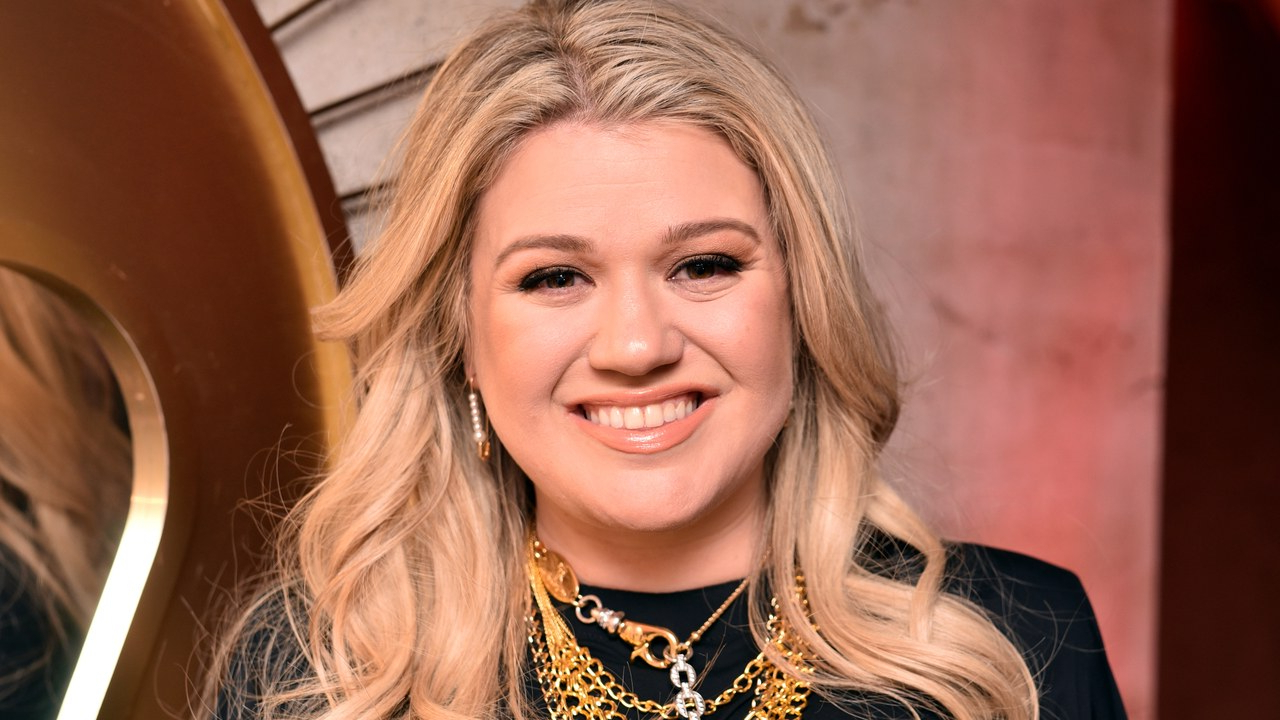 Kelly Clarkson Debuts Feathered Bangs – Allure Inside Kelly Clarkson Short Hairstyles (View 19 of 25)