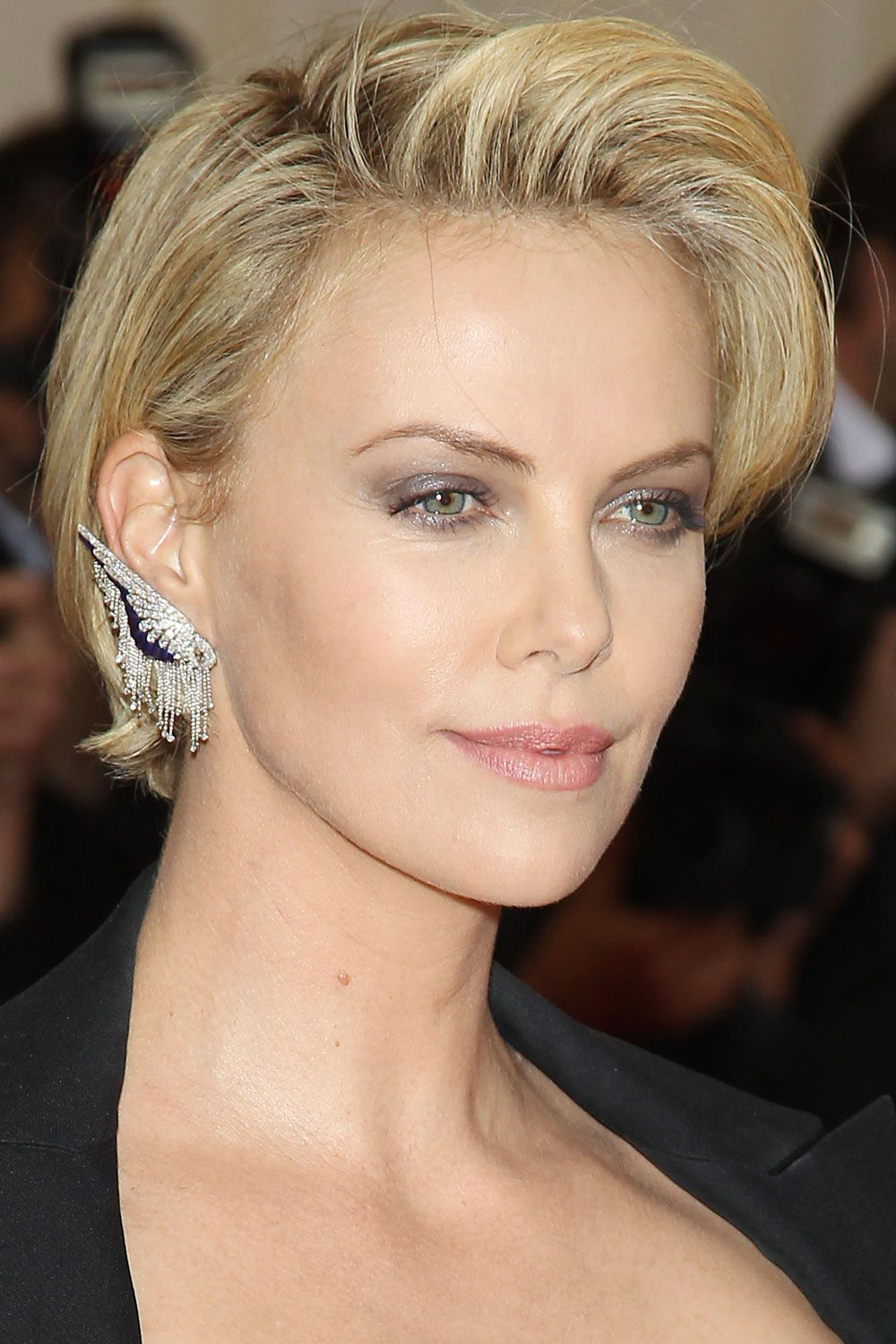 Featured Photo of Charlize Theron Short Haircuts