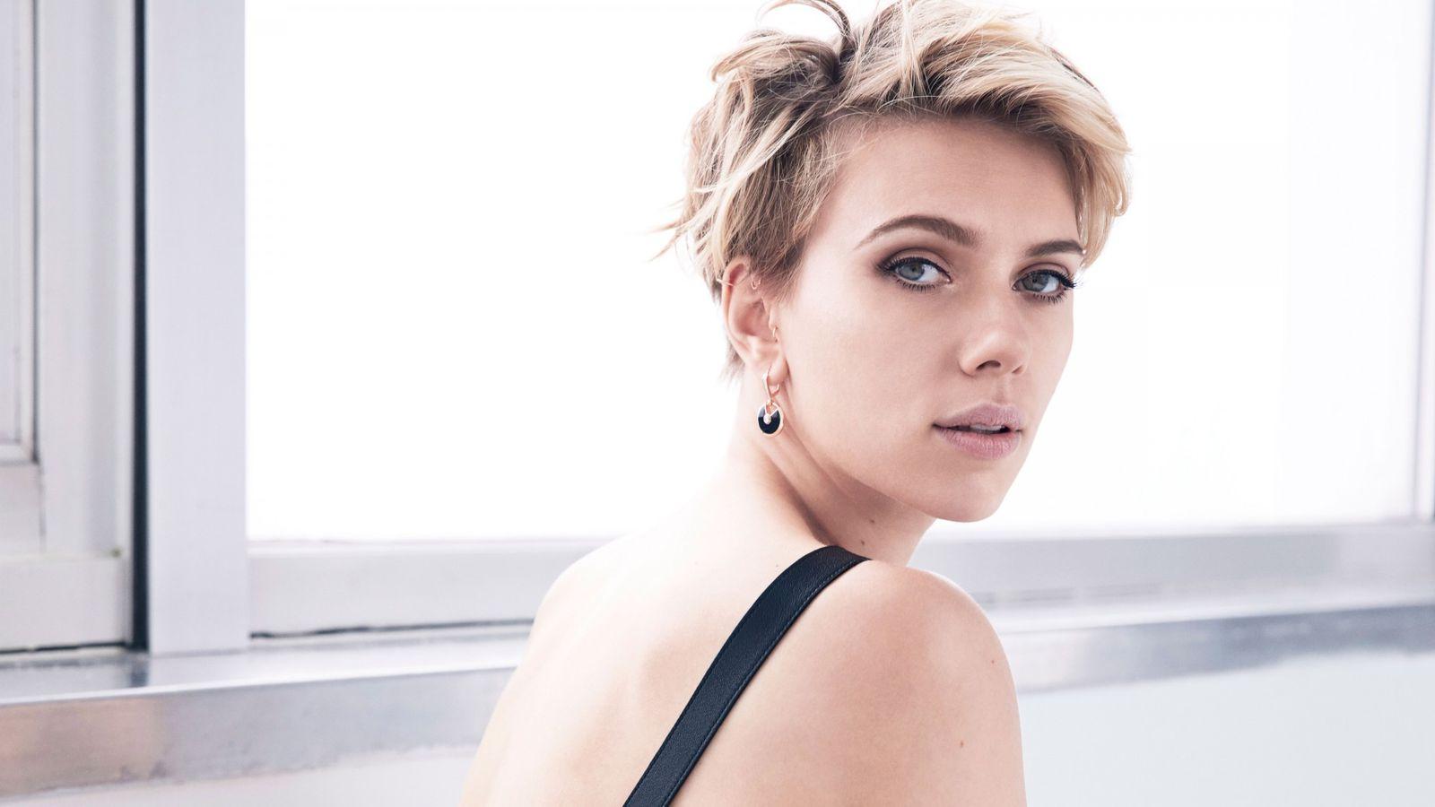 Scarlett Johansson Short Hairstyle White Background Wallpaper With Regard To Scarlett Johansson Short Hairstyles (View 23 of 25)