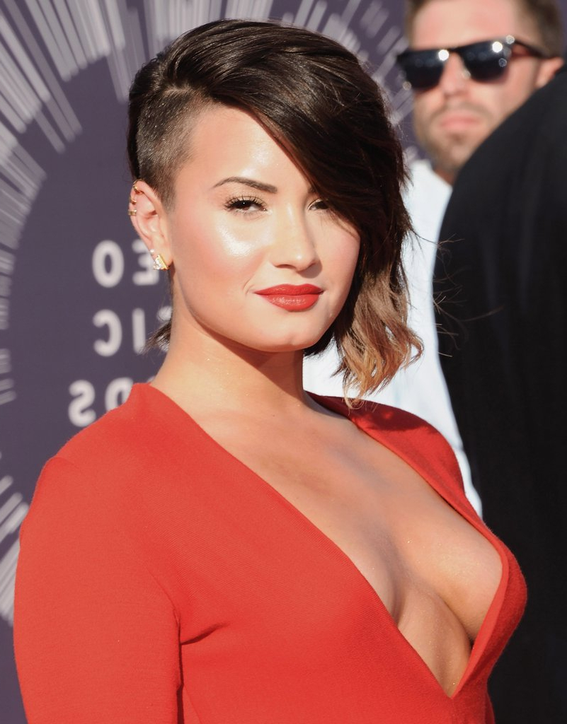 Short And Asymmetrical Blonde Ombré With A Shaved Side | Demi Lovato Within Short Haircuts With Shaved Side (View 21 of 25)